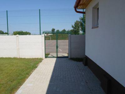 Bejárat a Faluház felől