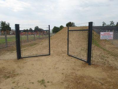 Kerítés kapuval