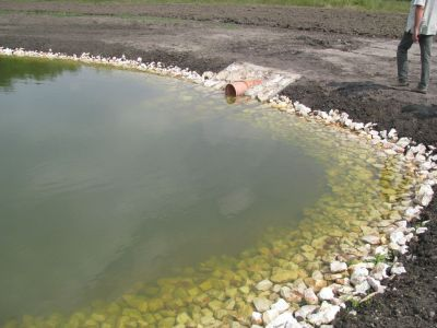 Áteresz - víz kifolyás (elkészült tó)