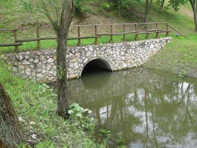 Hídfej - terméskőből építve